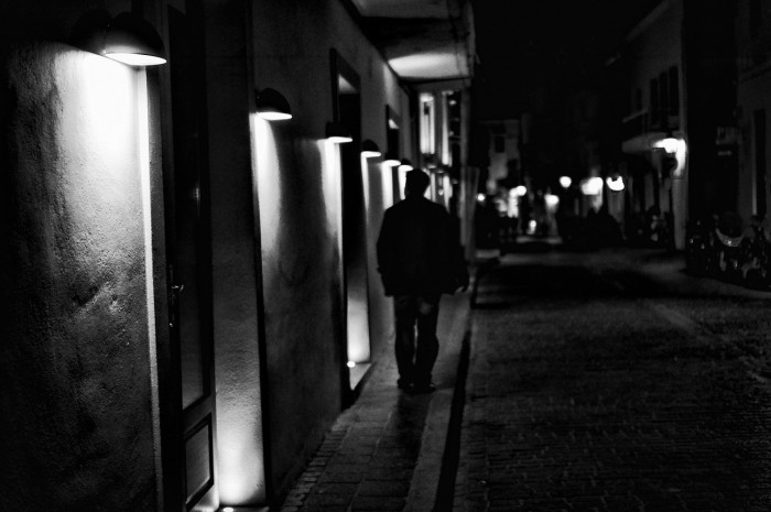 night-walking-by-the-lamps-700x465